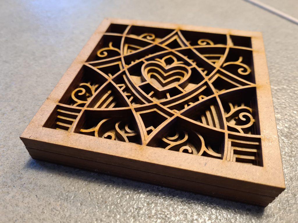 Un mandala formé de 7 couches de bois et en forme de Coeur